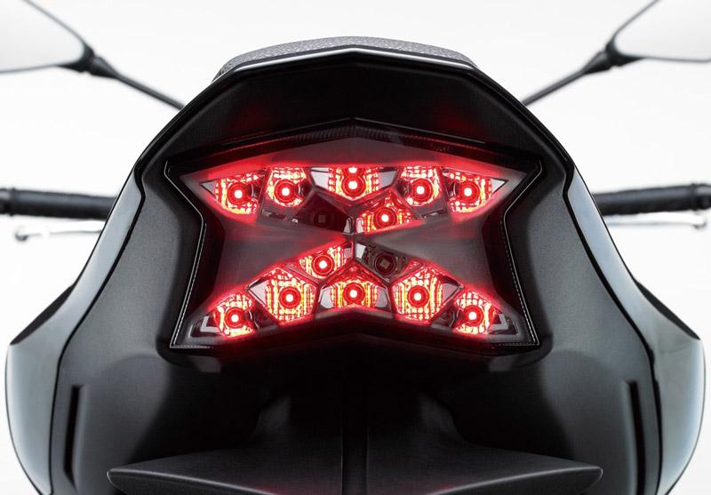 Đèn hậu cũng dùng bóng LED và được thiết kế cách điệu hình chữ X.