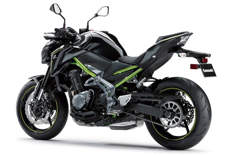 Kawasaki Z900 2018 sở hữu kích thước 2.100x825x1.065 mm, khoảng cách giữa 2 trục bánh xe 1.450 mm, khoảng sáng gầm xe 130 mm, trọng lượng 210 kg.