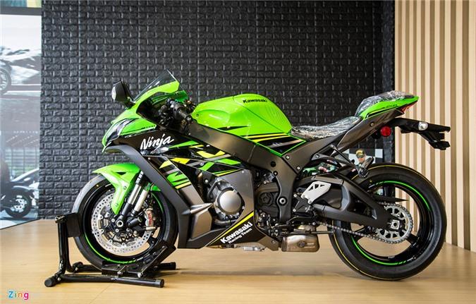 Hình ảnh môtô Kawasaki ZX-10R hơn nửa tỷ đồng tại Việt Nam. Kawasaki ZX-10R phiên bản 2018 được bổ sung dàn áo KRT Replica, lấy cảm hứng từ những chiếc xe đua trên đường đua của đội Kawasaki Racing Team. (CHI TIẾT)