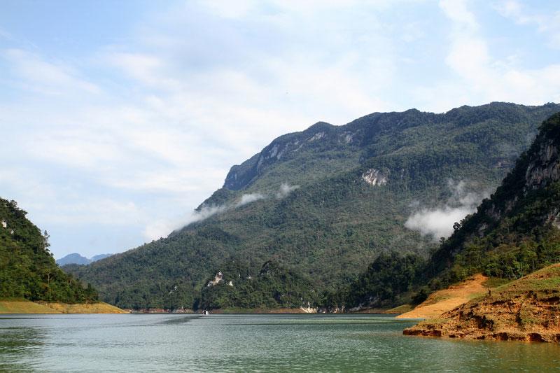 Lòng hồ là nơi hội tụ của hai dòng sông Gâm và sông Năng. Ảnh: Dmdviet.