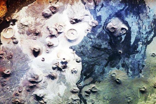 Một số dòng dung nham đã 5 triệu năm tuổi, nhưng niên đại của những cánh cổng đá còn vượt xa con số đó. Ảnh: NASA.