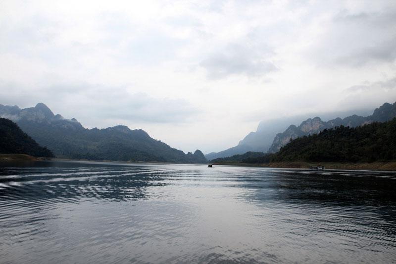Hồ được hình thành do quá trình dâng nước khi làm nhà máy thủy điện Na Hang (Tuyên Quang). Ảnh: Dmdviet.