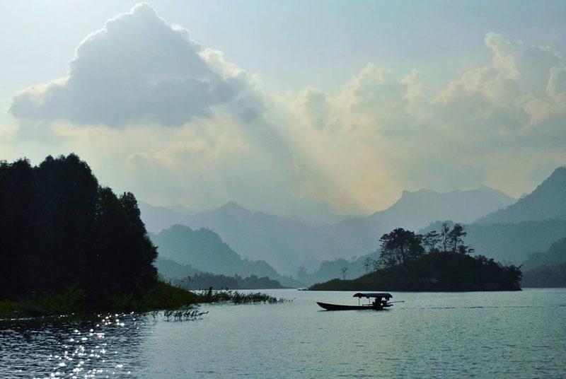 Hồ Na Hang được bao bọc bởi 99 ngọn núi. Ảnh: Nasonphoto.