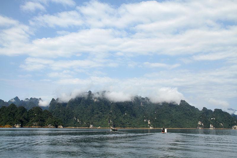 Quanh hồ là nơi sinh sống của các dân tộc Mông, Tày, Dao… Ảnh: Dmdviet.