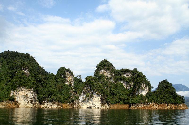 Đôi khi, các thuyền du lịch trong hồ không đáp ứng đủ nhau cầu của khách. Ảnh: Dmdviet.