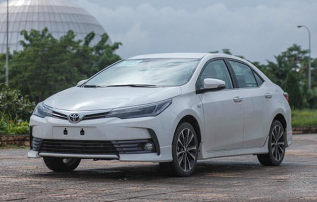 Chi tiết Toyota Corolla Altis 2017. Corolla Altis mới nâng cấp thiết kế để định hịnh rõ phong cách trẻ hơn, trong khi trang bị phong phú không kém đối thủ Mazda3. (CHI TIẾT)