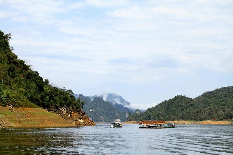Hồ Na Hang tọa lạc trong khu bảo tồn thiên nhiên Na Hang, huyện Na Hang, tỉnh Tuyên Quang. Ảnh: Dmdviet.