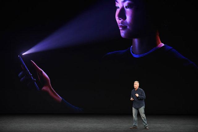 Face ID là một trong những tính năng được người dùng mong đợi nhất trên iPhone X. Ảnh: Bloomberg.