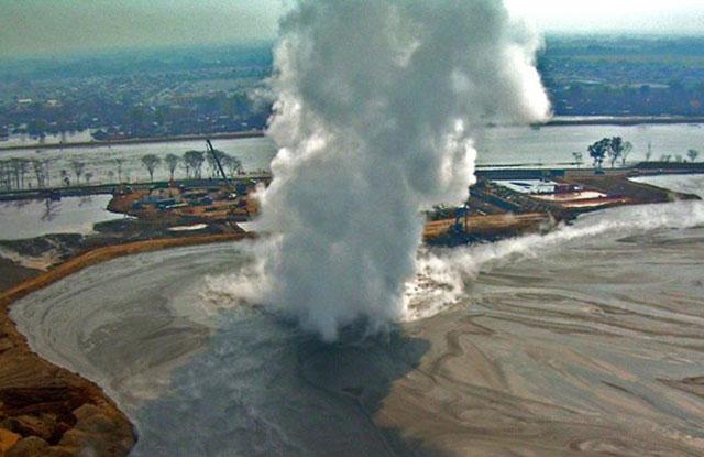 Bùn bắt đầu phun ra từ một số địa điểm trên đảo Java của Indonesia kể từ ngày 29/5/2006. Ảnh: Adriano Mazzini.
