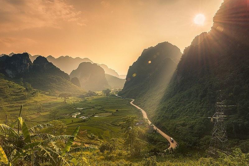 Đèo Mã Phục dài khoảng 3,5 km, nằm quanh co, uốn lượn theo triền núi đá vôi. Ảnh: Tu_geo.