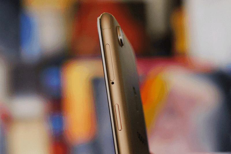 Nút nguồn cùng khay SIM, thẻ nhớ nằm bên cạnh phải.