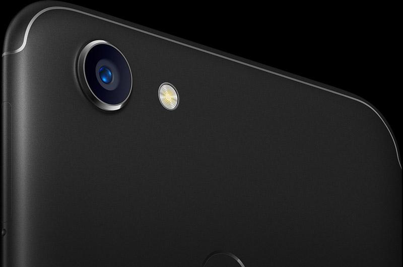 Camera sau của Oppo F5 có độ phân giải 16 MP, khẩu độ f/1.8, trang bị đèn flash LED, hỗ trợ lấy nét tự động, nhận diện khuôn mặt.