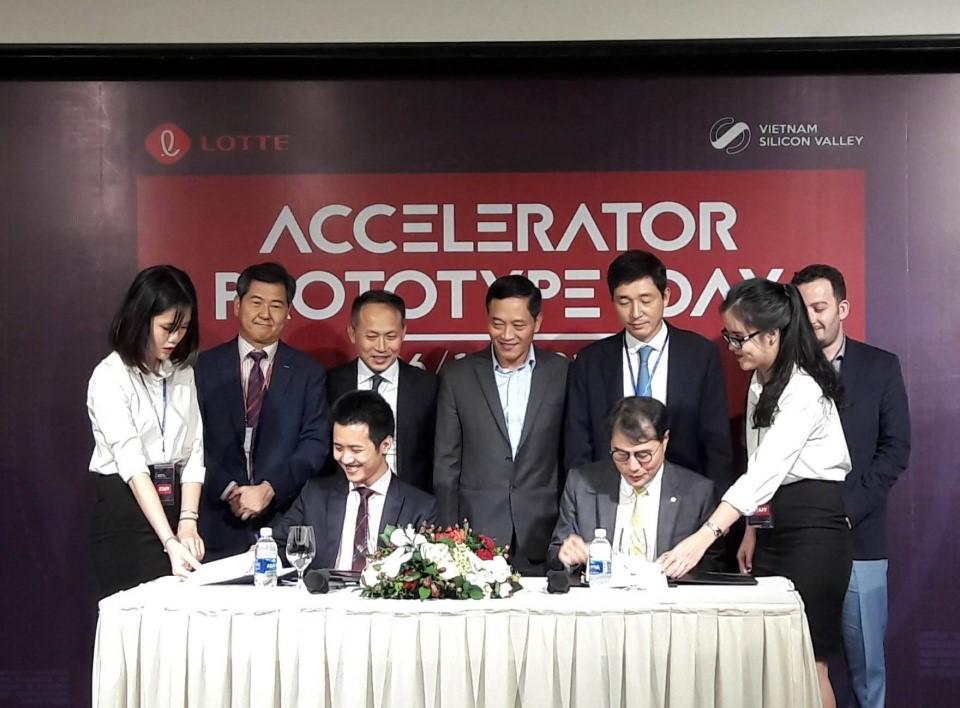 Lễ ký kết Hợp tác chiến lược giữa Lotte Accelerator và Vietnam Silicon Valley Accelerator.