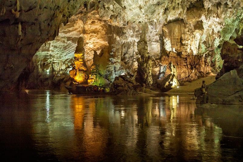 Đông Phong Nha có chiều dài 7.729m, sâu 83m, cao 50m với rất nhiều nhánh hang phụ lớn nhỏ bao gồm cả hang Bi Kí, hang Tiên và hang Cung Đình. Ảnh: Didauchoigi.