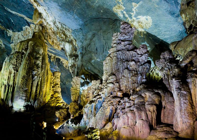 Động nổi tiếng với những khối đá độc đáo được đặt tên theo các hình dạng tự nhiên như sư tử, kỳ lân, vô chầu, cung đình, tượng phật. Ảnh: Tinhte.