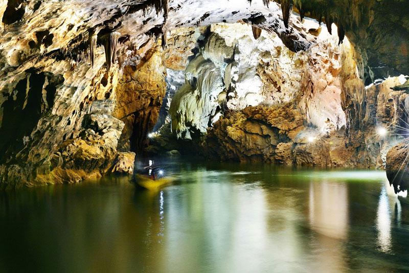 Động được Hiệp hội Hoàng gia Anh bình chọn là một trong những hang động đẹp nhất thế giới với 7 tiêu chí: Hang động có cửa hang cao và rộng; có bãi cát, bãi đá ngầm đẹp nhất; có sông ngầm đẹp nhất; có hệ thống thạch nhũ kỳ ảo và tráng lệ nhất; có các hang khô cao và rộng; có Hồ nước ngầm sâu và đẹp; có nước dài nhất. Ảnh: Quangbinhtravel.