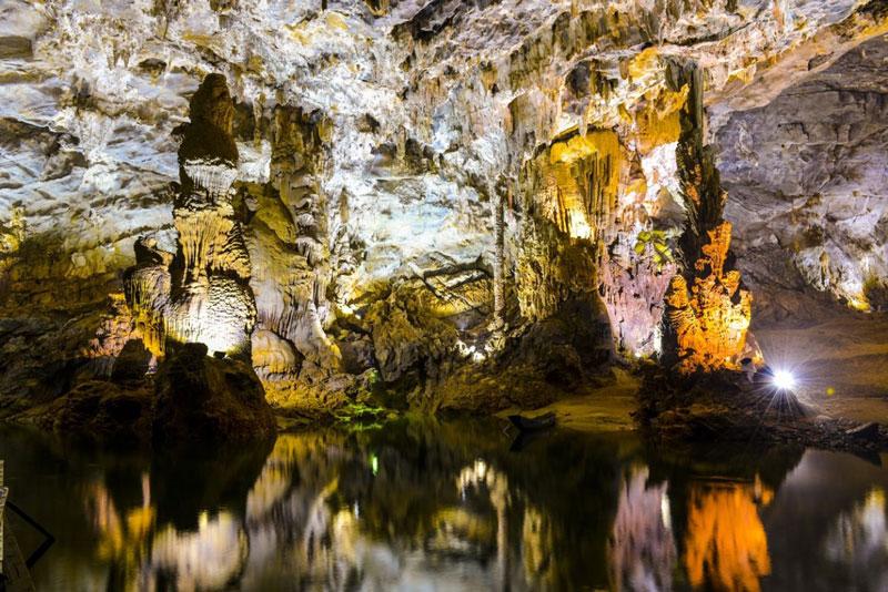 Động Phong Nha nằm ở phần Đông Nam khối núi đá vôi Kẻ Bàng, trong vùng đá vôi bị phong hóa mạnh, diện tích khoảng 10.000 km2, kéo dài 200 km trên phía Bắc dãy Trường Sơn, thông cả sang Lào. Ảnh: Quang Binh Tourism.