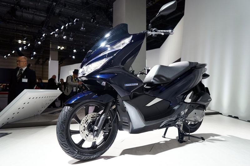Honda PCX Hybrid sử dụng động cơ OHC 4 thì xi lanh đơn, làm mát bằng dung dịch và một mô tơ điện. Tuy nhiên, thông số động cơ chưa được hé lộ. Khi dừng xe 0,5 giây, máy sẽ tự tắt. Nếu muốn chạy tiếp, khách hàng chỉ cần vặn ga.