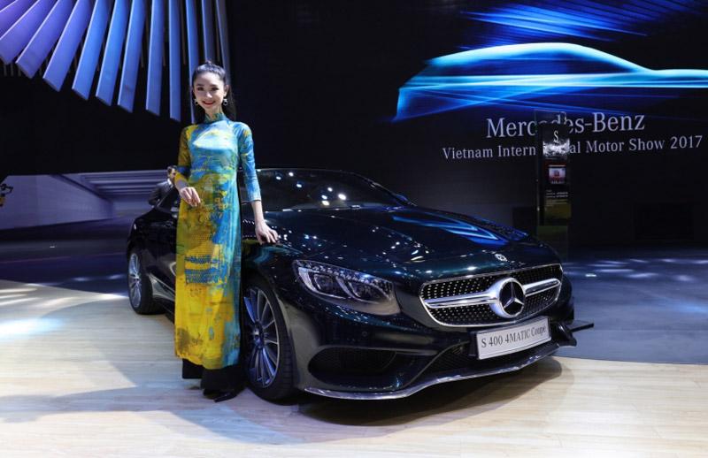 Khám phá gian hàng Mercedes-Benz Việt Nam tại VIMS 2017. Mercedes-Benz Việt Nam (MBV) mang tới sân chơi VIMS 2017 với 2 mẫu xe mới Mercedes-AMG GLA 45 4Matic và S 400 4MATIC Coupé. Lần thứ 2 đến với VIMS
