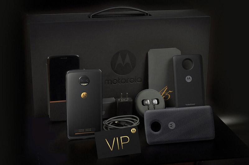 Khi mua Motorola Moto Z 2018 Kingsman VIP Special Edition, khách hàng sẽ được tặng kèm những phụ kiện hàng hiệu. Những phụ kiện kèm theo của máy gồm thẻ VIP, thẻ bảo hành, bao da, Moto TurboPower Mod (pin dự phòng với dung lượng 3.490 mAh, tích hợp công nghệ sạc nhanh), module sạc không dây, jack chuyển đổi âm thanh từ cổng USB Type-C sang 3.5 mm, tai nghe Hi-Fi với chuẩn USB Type-C. Hộp đựng máy thiết kế như chiếc cặp.