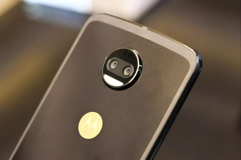 Motorola Moto Z 2018 Kingsman VIP Special Edition sở hữu camera kép ở mặt lưng với cùng độ phân giải 12 MP, khẩu độ f/2.0. Trong đó, 1 ống kính chụp ảnh màu, ống kính còn lại chụp hình trắng đen. Bộ đôi này ảnh này được trang bị đèn flash LED kép, hỗ trợ lấy nét bằng laser, lấy nét theo pha, quay video 4K.