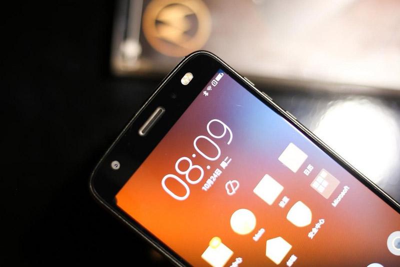 Máy ảnh selfie độ phân giải 5 MP, khẩu độ f/2.2 với ống kính góc rộng 85 độ, trang bị đèn flash LED kép.