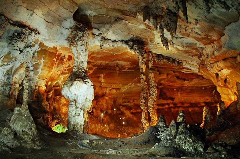 Động nằm cách thành phố Đồng Hới 50 km về phía Tây Bắc. Ảnh: Quang Binh Tourism.