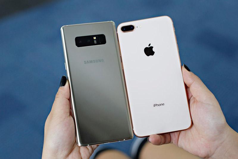 Galaxy Note 8 (trái) và iPhone 8 Plus.