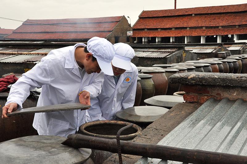 Kiểm tra chất lượng mẻ sản phẩm thử nghiệm tại Công ty cổ phẩn chế biến dịch vụ thủy sản Cát Hải.