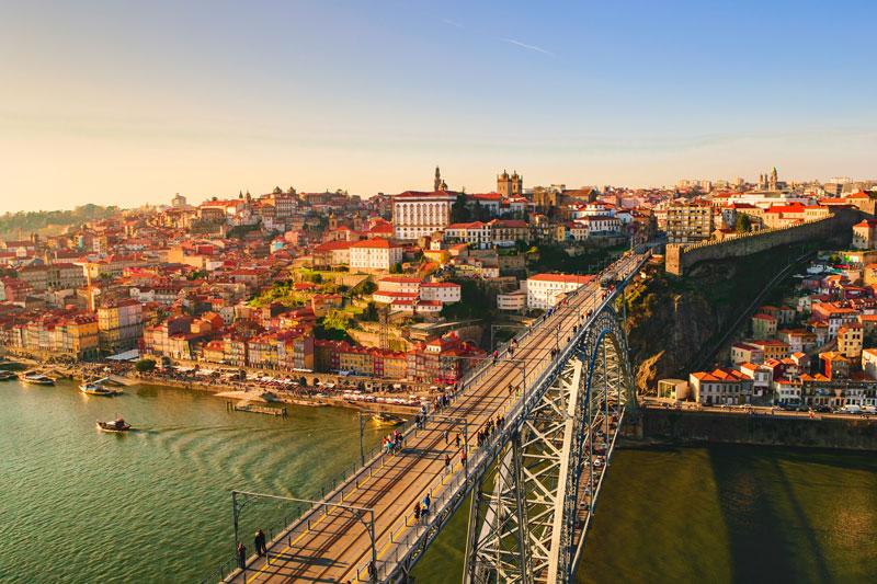 3. Bồ Đào Nha. Là quốc gia nằm ở Tây Nam châu Âu, thuộc bán đảo Iberia. Bồ Đào Nha là đất nước có nền kinh tế tiến bộ với thu nhập và tiêu chuẩn sinh hoạt cao. Đây là quốc gia có chỉ số hoà bình cao thứ ba trên thế giới vào năm 2016 và là một trong 13 quốc gia bền vững nhất vào năm 2017.