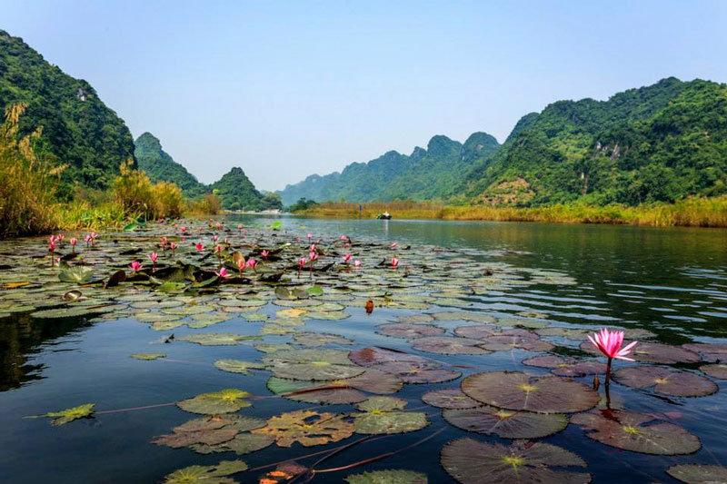 Đây cũng là con đường thủy duy nhất đưa du khách vào vãn cảnh chùa Hương. Ảnh: Nguyễn Đình Thành.