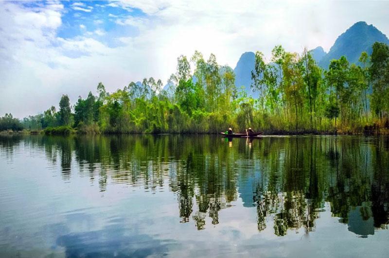 Suối Yến dài khoảng 4 km, đây cũng là con đường thủy duy nhất đưa du khách vào vãn cảnh chùa Hương. Ảnh: Cao Anh Tuan.