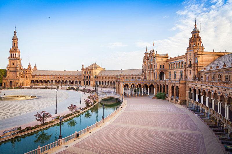 """1. Seville. Là thành phố cảng bên sông Guadalquivir, nằm ở phía Nam Tây Ban Nha. Đây được xem là """"cái nôi"""" của điệu nhảy flamenco và đấu bò. Seville là thành phố của kiến trúc, văn hóa, lịch sử; pha trộn giữa hai tín ngưỡng Hồi Giáo và Thiên Chúa Giáo suốt từ thế kỷ 13 đến nay và còn lưu giữ lại nhiều di tích đã được UNESCO công nhận."""
