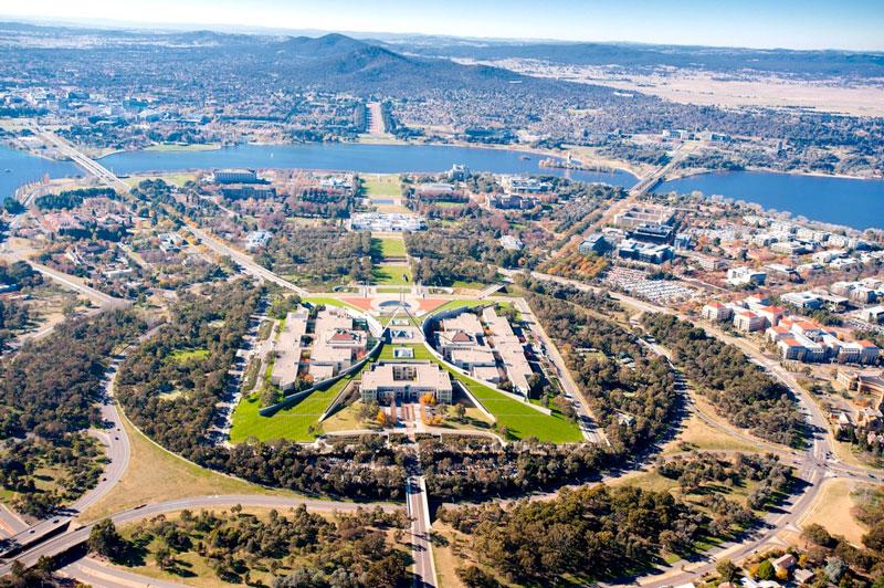 3. Canberra. Là Thủ đô và là trung tâm hội nghị, giáo dục, du lịch và lễ hội của Australia. Canberra là điểm đến thích hợp cho những du khách yêu thích sự tĩnh lặng, thanh bình. Tới đây, bạn có thể tham dự những lễ hội, đị bộ ngắm cảnh, thăm viện bảo tàng, ngồi thuyền buồm ngắm hồ Burley Griffin…