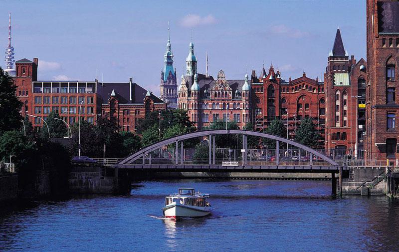 4. Hamburg. Thành phố thương mại quốc tế và cũng là trung tâm thương mại, văn hoá của phía Bắc nước Đức. Hamburg nổi tiếng với cuộc sống sôi động về đêm. Ngoài ra, thành phố còn rất giàu truyền thống văn hóa.