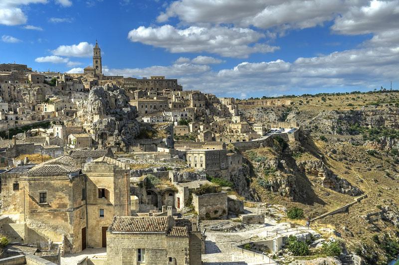 7. Matera. Đây là thành phố nằm ở miền Nam Italia. Tuy không phát triển và còn tương đối nghèo nàn nhưng Matera lại cực kỳ phát triển về du lịch. Năm 1993, UNESCO công nhận khu di tích Sassi di Matera là Di sản thế giới ở danh mục di tích lịch sử, văn hóa thế giới. Từ đây, thành phố này được du khách nườm nượp kéo đến.