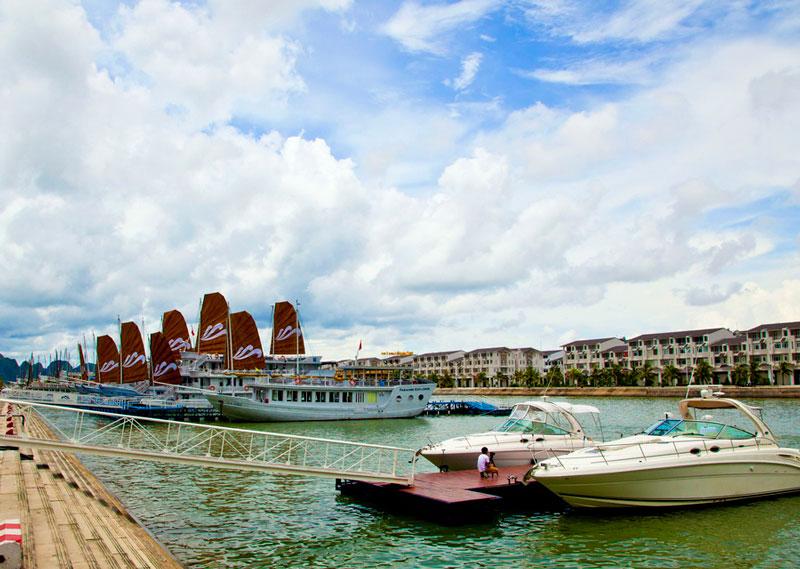 Cảng Tuần Châu được thiết kế sang trọng, hiện đại với nhiều dịch vụ tiện ích đi kèm như gồm nhà ga, nhà hàng, siêu thị, khu bán hàng lưu niệm, giải trí… Ảnh: Dcic.