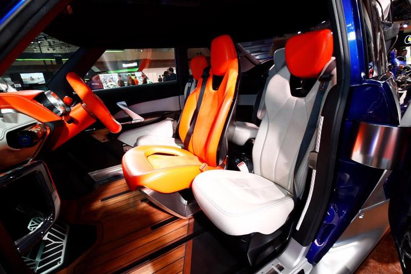 Bước vào ca-bin của Yamaha Cross Hub, bạn sẽ ngỡ rằng mình đang ngồi trong ca-bin siêu xe McLaren F1. Cách sắp xếp ghế của Cross Hub có dạng hình thoi, với người lái nằm ở vị trí trung tâm, 2 hành khách ngồi bên cạnh và một người còn lại ngồi sau lưng ghế lái.