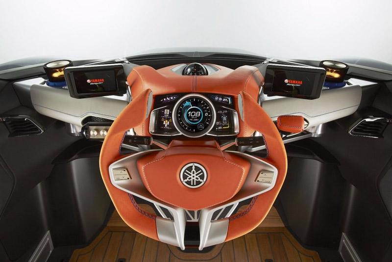 Cross Hub được trang bị vô-lăng 3 chấu, mang hơi hướng của các mẫu xe tương lai. Màn hình chính của xe được bố trí một đồng hồ ở đo tua máy và tốc độ ở giữa, cùng 2 màn hình phụ 2 bên. Kiểu bố trí này khá giống với kiểu bố trí màn hình trên siêu xe Lamborghini Aventador.
