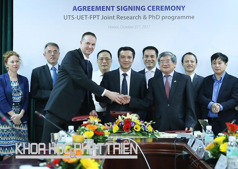 Ông Bùi Quang Ngọc (thứ ba từ phải sang) ký kết hợp tác với đại diện các trường đại học. Ảnh: Châu Long