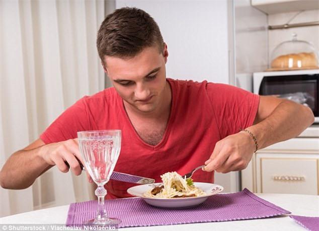 Nguy hại không ngờ khi thường xuyên ăn cơm một mình - 1
