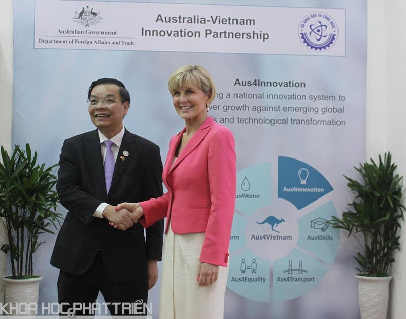 4.Ông Chu Ngọc Anh, Bộ trưởng Bộ KH&CN Việt Nam và bà Julia Bishop, Bộ trưởng Bộ Ngoại giao và Thương mại Australia bắt tay thể hiện quyết tâm thực hiện những nội dung trong Chương trình vừa công bố