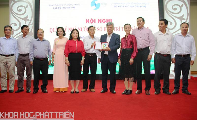Để tri ân và cảm ơn tình cảm của người tiền nhiệm đã có những đóng góp cho hoạt động SHTT trong những năm vừa qua, đại diện Sở KH&CN 13 tỉnh đồng bằng Sông Cửu Long đã tặng quà lưu niệm cho nguyên Thứ trưởng Bộ KH&CN, kiêm Cục trưởng Cục SHTT Trần Việt Thanh