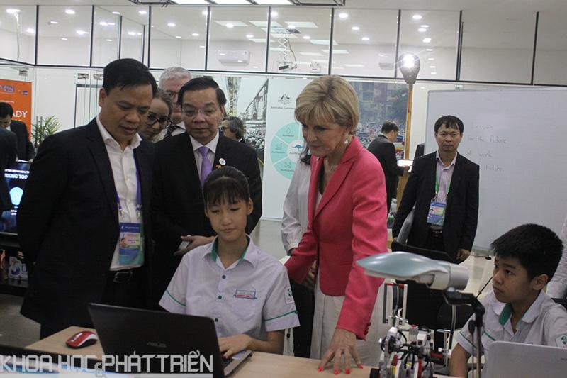 1. Ông Chu Ngọc Anh, Bộ trưởng Bộ KH&CN Việt Nam và bà Julia Bishop, Bộ trưởng Bộ Ngoại giao và Thương mại Australia đi thăm các gian trình diễn về Đổi mới sáng tạo tại Vườn ươm Doanh nghiệp Đà Nẵng trước sự kiện
