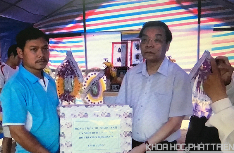 Bộ trưởng Bộ KH&CN Chu Ngọc Anh đã trực tiếp thăm hỏi, động viên, chia sẻ với đồng bào vùng bị lũ lụt