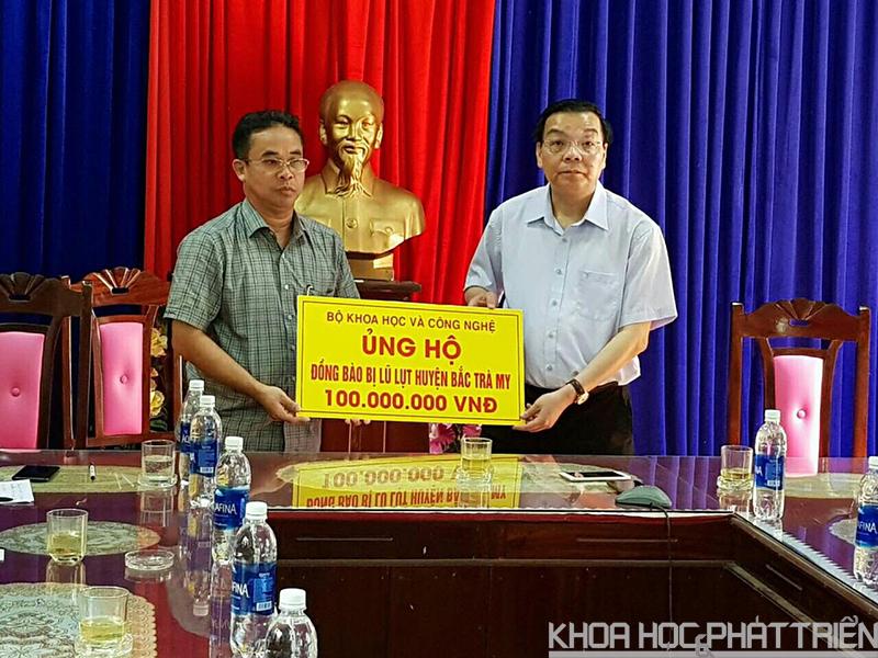 Bộ trưởng Chu Ngọc Anh trao số tiền ủng hộ đến huyện Bắc Trà My – tỉnh Quảng Nam.