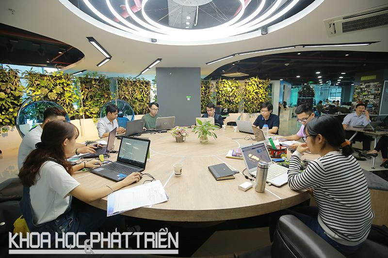 Các startup đang tại không gian làm việc chung Up-Coworking Space. Ảnh: Phượng Hằng