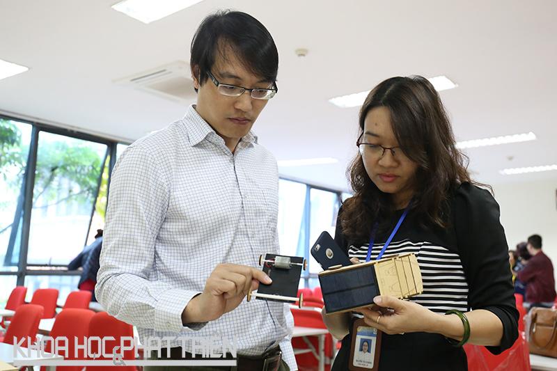 TS Đặng Văn Sơn hướng dẫn cô giáo của một trường trung học cơ sở quận Ba Đình một nội dung về STEM. Ảnh: Đoàn Dung