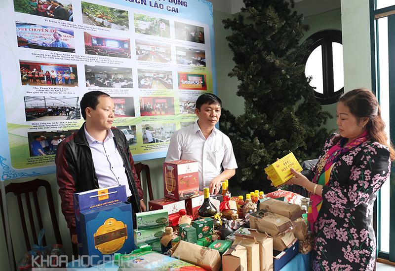 Bà Lê Thị Hồng Loan giới thiệu về các sản vật của tỉnh Lào Cai. Ảnh: Loan Lê