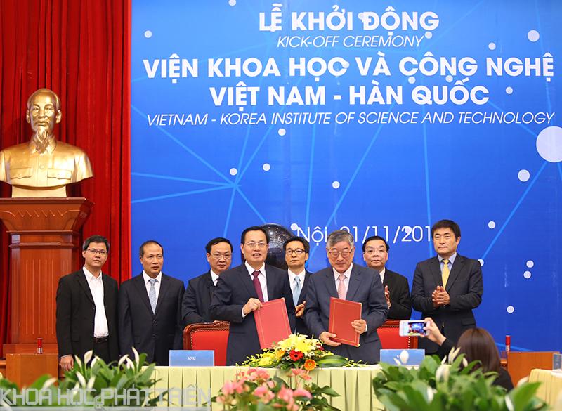 Viện VKIST và Đại học Quốc gia Hà Nội ký kết hợp tác trước sự chứng kiến của Phó Thủ tướng Vũ Đức Đam, Bộ trưởng Chu Ngọc Anh và các đại biểu.
